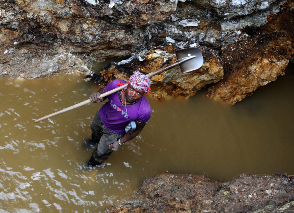 Congo, tre cittadini cinesi uccisi in miniera. Un minatore lavora in una miniera a Rukunda, nel territorio di Masisi, nella provincia del Kivu settentrionale della Repubblica Democratica del Congo. REUTERS/Goran Tomasevic