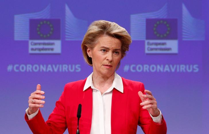 Coronavirus, Ue: i piani sul tavolo nel dettaglio. La Presidente della Commissione europea Ursula von der Leyen tiene una conferenza stampa che illustra gli sforzi dell'Ue per limitare l'impatto economico dell'epidemia di coronavirus a Bruxelles, Belgio, 2 aprile 2020. REUTERS/Francois Lenoir