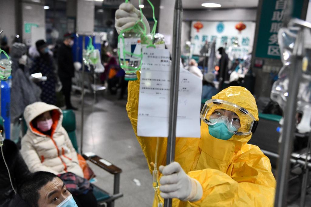 Coronavirus, Cina: crisi letale. Un operatore medico in tuta protettiva in un ospedale di Wuhan, provincia di Hubei, Cina, 3 febbraio 2020. China Daily via REUTERS