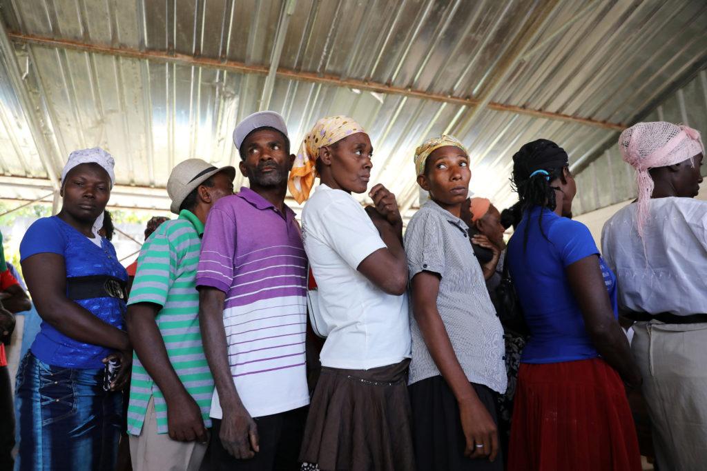 Coronavirus, l'allarme dell'Onu. Gli haitiani in fila attendono i soldi distribuiti dal World Food Programme di Bainet, Haiti, 28 gennaio 2020. REUTERS/Valerie Baeriswyl