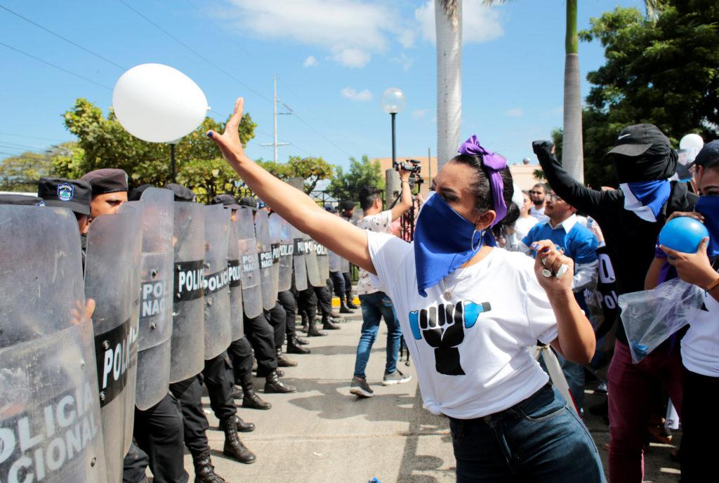 Nicaragua: Zayda Hernández e la primavera di Managua. Una manifestante lancia un palloncino bianco alla polizia antisommossa durante la commemorazione della Giornata internazionale dei diritti umani a Managua, Nicaragua, 10 dicembre 2019.REUTERS/Oswaldo Rivas