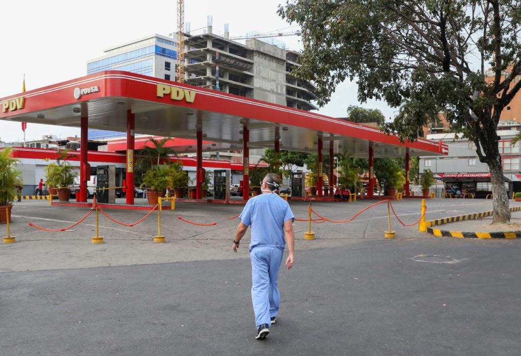 Petrolio: dall'Iran aiuti al Venezuela. Un medico cammina vicino a una stazione di servizio chiusa durante la quarantena nazionale a causa dell'epidemia di coronavirus, a Caracas, Venezuela, 7 aprile 2020. REUTERS/Manaure Quintero