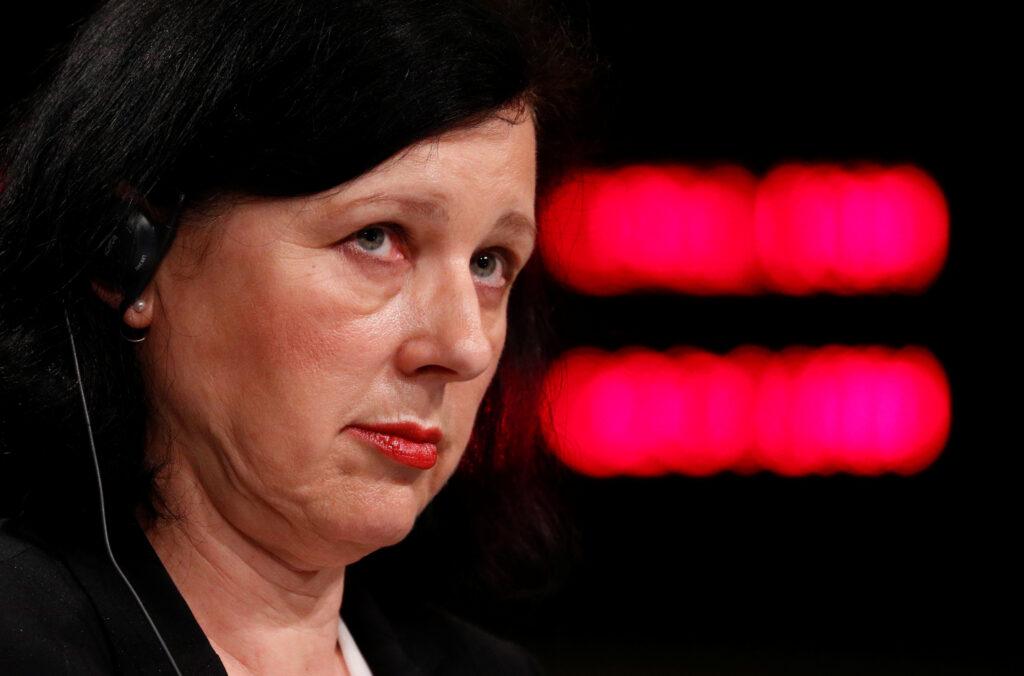Polonia, l'Ue apre la procedura d'infrazione. La vicepresidente della Commissione europea Vera Jourova tiene una conferenza stampa dopo una riunione dell'esecutivo dell'Ue a Bruxelles, Belgio, 29 aprile 2020. REUTERS/Francois Lenoir