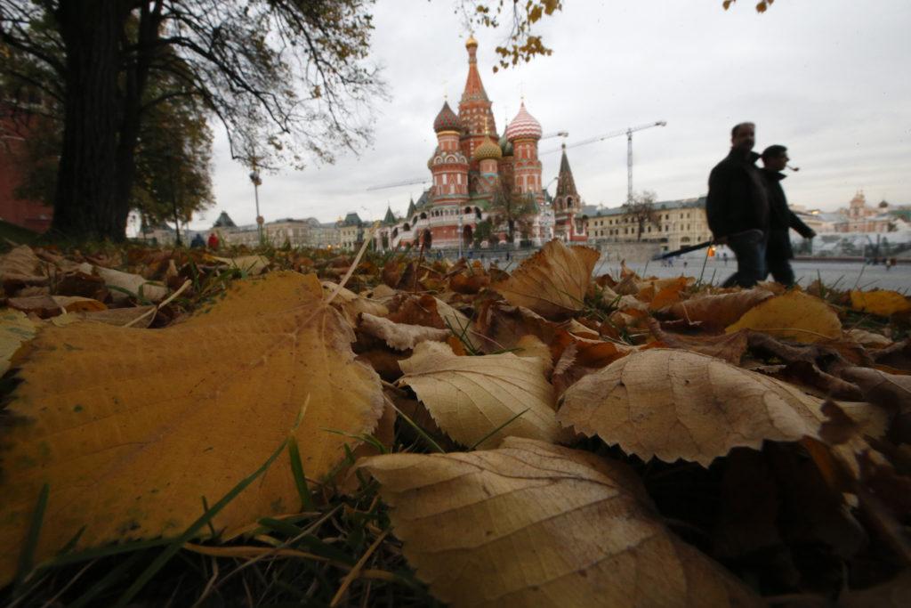 Federazione Russa, il controverso dialogo con l'Occidente. La gente cammina vicino alla Cattedrale di San Basilio nella Piazza Rossa, nel centro di Mosca. REUTERS/Maxim Zmeyev