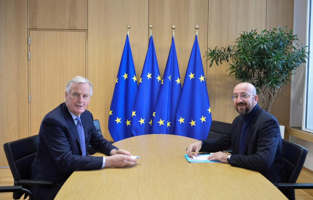 Brexit: come procedono i negoziati. Il negoziatore Ue sulla Brexit Michel Barnier incontra il Presidente del Consiglio dell'Ue Charles Michel dopo il primo round di colloqui sui futuri legami Ue-Regno Unito, a Bruxelles, Belgio, 6 marzo 2020. REUTERS/Johanna Geron