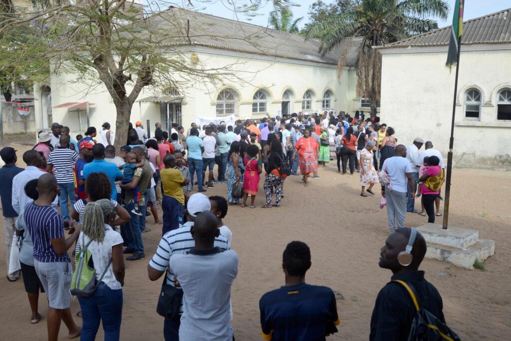 Il Mozambico tra crescita economica e terrorismo. La gente in fila per esprimere il proprio voto durante le elezioni presidenziali, legislative e provinciali a Maputo, Mozambico, 15 ottobre 2019. REUTERS/Grant Lee Neuenburg