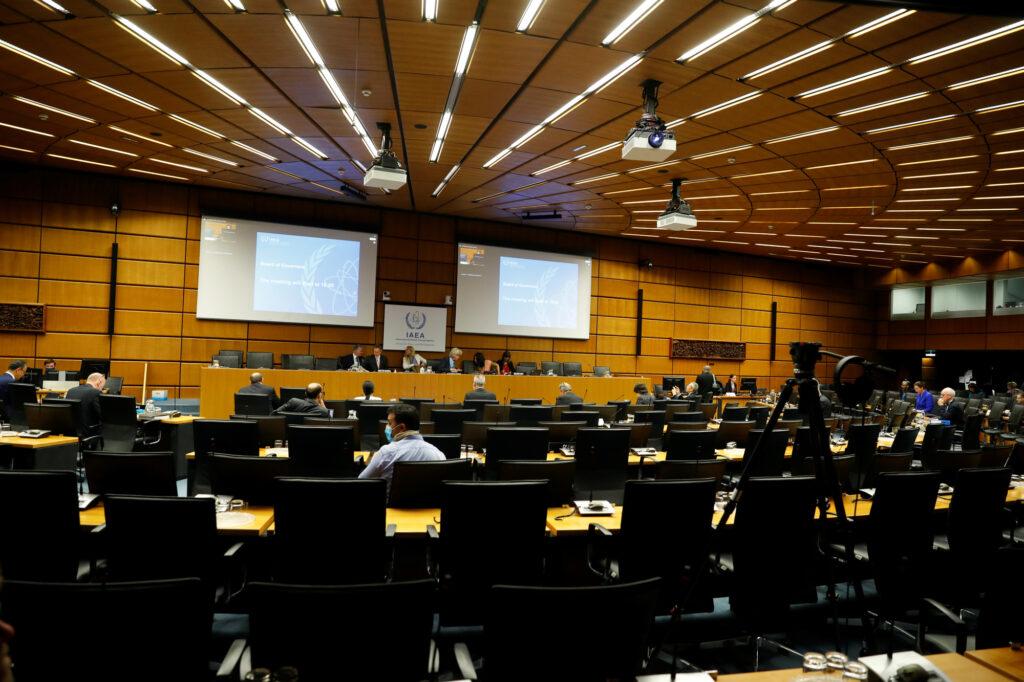 Iran, nucleare: l'Aiea approva una risoluzione di condanna. Il direttore generale dell'Agenzia internazionale per l'energia atomica (Aiea) attende l'inizio di un consiglio di amministrazione interattivo presso la sede dell'Aiea a Vienna, Austria, 15 giugno 2020. REUTERS/Leonhard Foeger