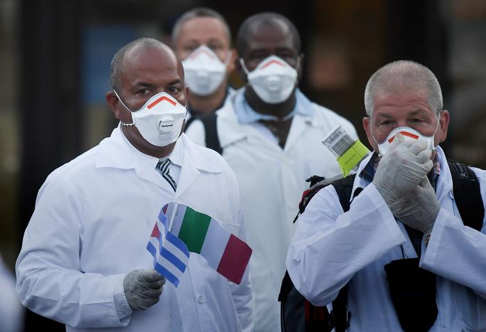 Cuba: il sistema sanitario nazionale. Un contingente di medici e infermieri cubani arriva all'aeroporto di Malpensa a Milano, per aiutare l'Italia nella propria battaglia contro il Covid-19. REUTERS/Daniele Mascolo