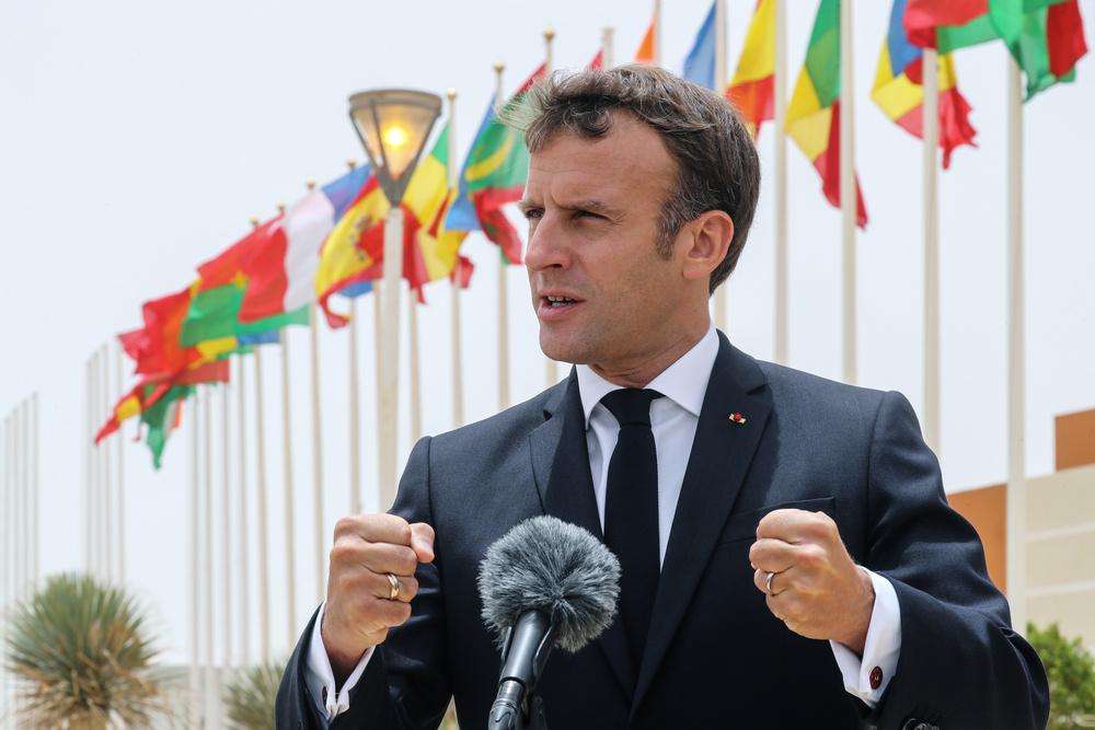 Francia: il coronavirus spinge Macron ad aiutare l'Africa. Il Presidente francese Emmanuel Macron parla ai media al suo arrivo all'aeroporto internazionale di Oumtounsy di Nouakchott, a Nouakchott, Mauritania, 30 giugno 2020. Ludovic Marin/Pool via REUTERS