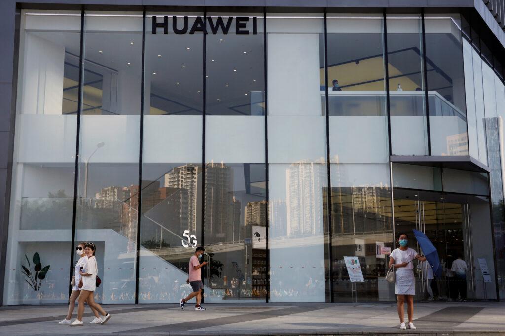Il Regno Unito blocca Huawei. Un negozio Huawei a Pechino, Cina, 14 luglio 2020. REUTERS/Tingshu Wang
