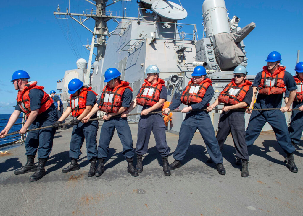Gli Usa hanno schierato due portaerei nel Mar cinese meridionale. La Marina degli Stati Uniti a bordo del cacciatorpediniere missilistico di classe Arleigh Burke USS Kidd durante un rifornimento in mare nell'Oceano Pacifico, 27 gennaio 2020. Marina americana/Nuzzi via REUTERS