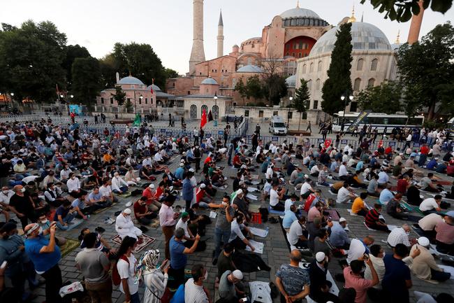 Turchia: Santa Sofia è stata riconvertita in moschea. I musulmani si riuniscono per le preghiere serali di fronte alla moschea di Santa Sofia, dopo la decisione del tribunale che apre la strada per la sua riconversione da museo a moschea, a Istanbul, Turchia, 10 luglio 2020. REUTERS/Murad Sezer
