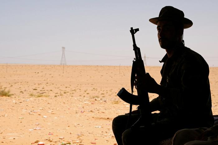 Libia: Serraj e Saleh ordinano il cessate-il-fuoco. Un membro dell'Esercito nazionale libico, comandato da Khalifa Haftar, siede in una tenda a ovest di Sirte, Libia, 19 agosto 2020. REUTERS/Esam Omran Al-Fetori