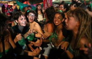 L'Argentina ha legalizzato l'aborto: è svolta storica