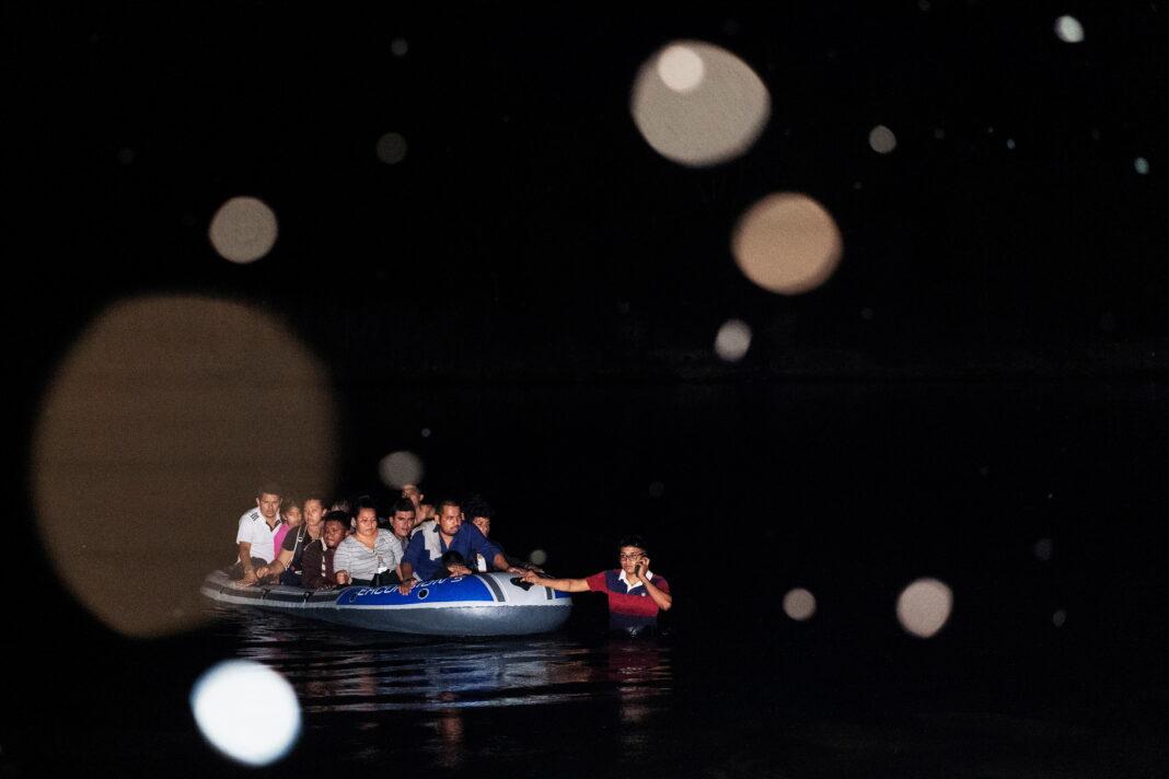 Migranti in fuga dall'America Centrale usano un gommone per attraversare il Rio Grande ed entrare negli Stati Uniti dal Messico. Luglio 2021.