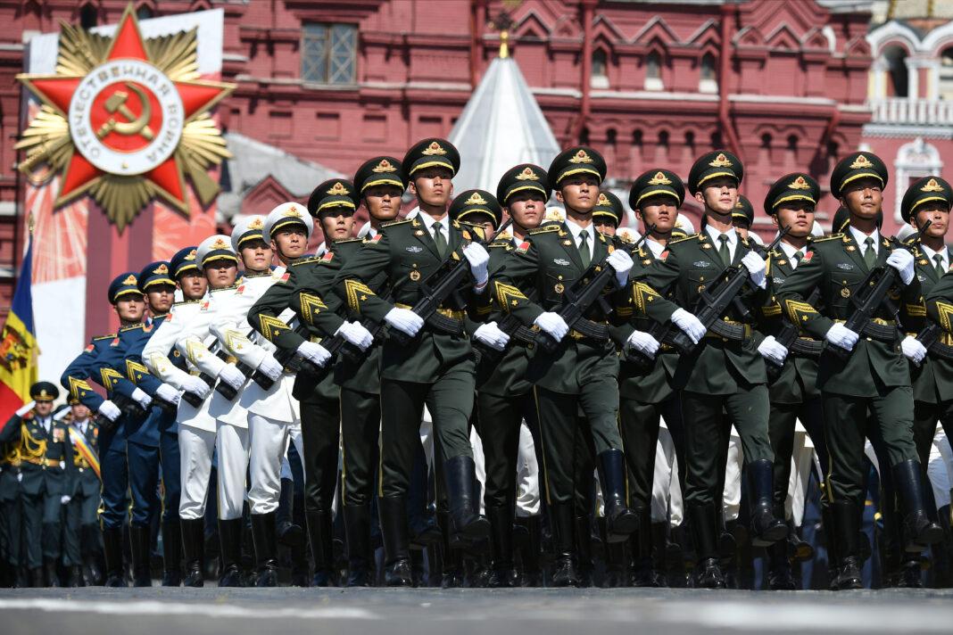 Truppe dell'esercito di liberazione popolare cinese sfilano nella Piazza Rossa di Mosca durante la parata militare per il 75esimo anniversario della vittoria contro i nazisti nella Seconda Guerra mondiale. 24 giugno 2020.