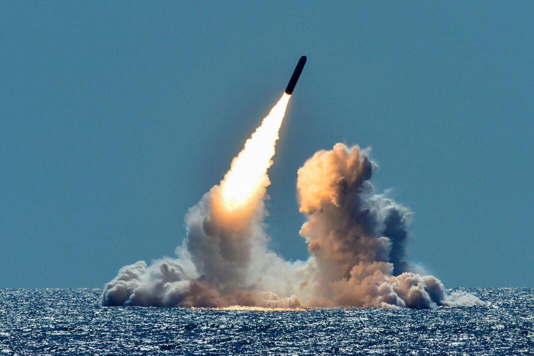 Il lancio di un test missilistico dal sottomarino statunitense Nebraska nel Pacifico al largo delle coste della California nel marzo 2018. Foto di Ronald Gutridge/Handout via REUTERS.