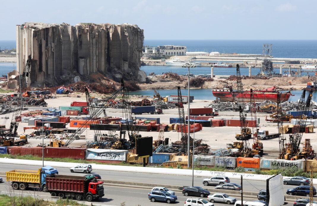 Un'immagine del porto di Beirut oggi. Sullo sfondo si vede l'enorme silos danneggiato dalla violenta esplosione dell'agosto del 2020, che oltre a 200 morti e 6000 feriti, ha causato 300 mila sfollati e circa 3 miliardi di danni materiali. REUTERS/Mohamed Azakir/contrasto